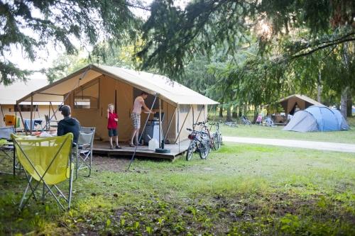 camping indigo les ch teaux pour camper dans le loir et cher. Black Bedroom Furniture Sets. Home Design Ideas